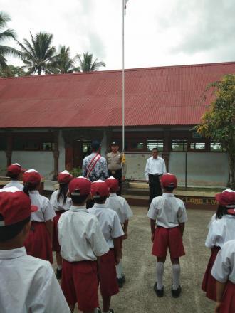 Bhabinkamtibmas Desa Galungan menjadi Pembina Upacara Bendera di SD Negeri 2 Galungan