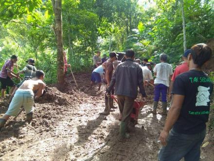 Gotong Royong Pembersihan Jalan Akibat Bencana Tanah Longsor di Banjar Dinas Dajan Pangkung