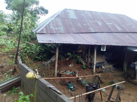 Akibat Hujan Lebat, Satu Rumah Warga Terkena Tanah Longsor